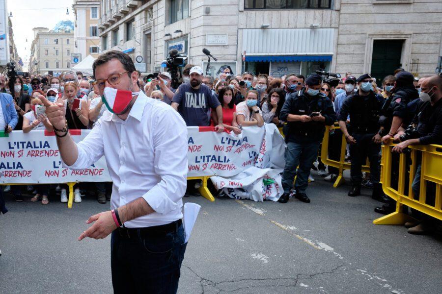 Mattarella chiede unità, Salvini scende in piazza