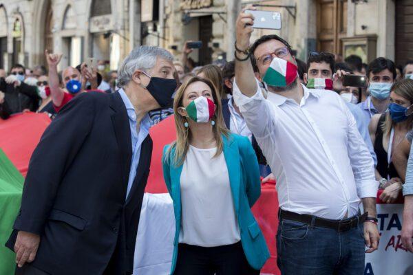 Insulti, slogan e nessun distanziamento: il centrodestra sfila in piazza senza regole