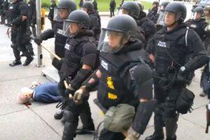 George Floyd, la violenza della polizia a Buffalo: scaraventano a terra anziano, agenti sospesi