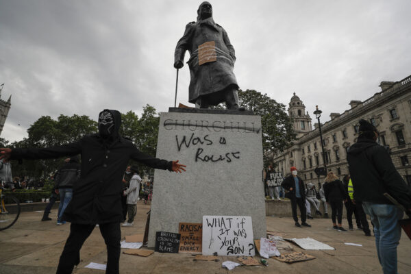 """Churchill """"razzista"""", perché in Inghilterra hanno imbrattato la sua statua"""