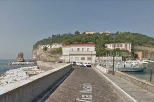 Napoli, lite sugli scogli finisce in tragedia: giovane ragazza in pericolo di vita