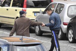 Parcheggiatori abusivi con il reddito di cittadinanza, a Napoli la 'combo' va a processo: 40 indagati