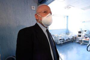 """De Luca, le mascherine e le discoteche: """"Vedo gente troppo rilassata, il coronavirus è dietro l'angolo"""""""