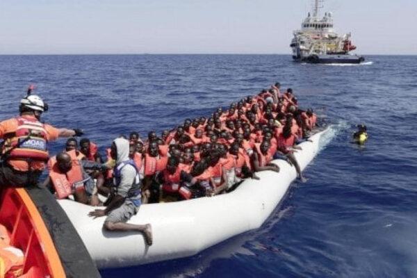 """Lampedusa, l'hot spot scoppia. Lamorgese: """"Rimanderemo a casa chi sbarca"""""""