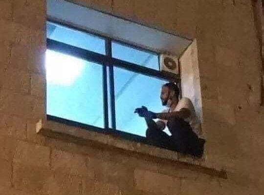 La storia di Jihad, il ragazzo che si è arrampicato ogni sera alla finestra della madre in ospedale fino alla sua morte