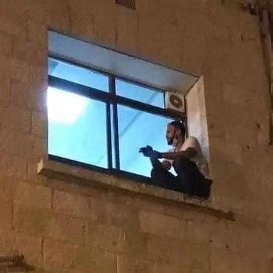 Covid: figlio scala parete dell'ospedale per l'ultimo saluto alla mamma