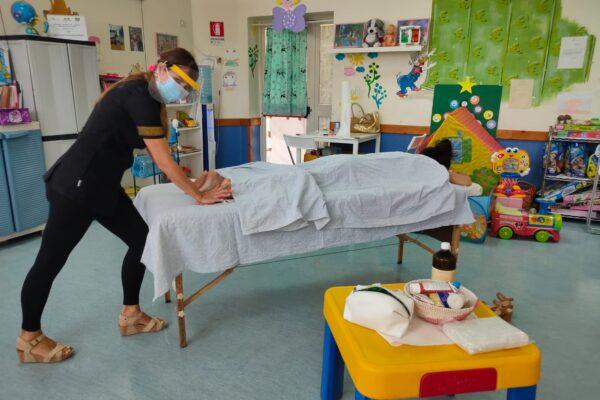 Massaggi anti stress per medici e infermieri: il contributo per l'operato del Pascale