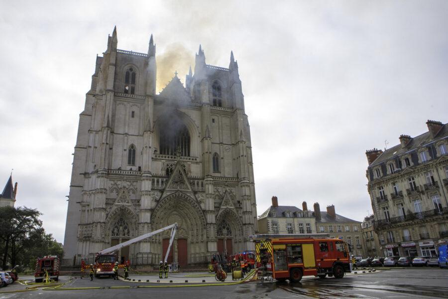 Cattedrale di Nantes, un fermato per l'incendio nella chiesa dei Santi Pietro e Paolo
