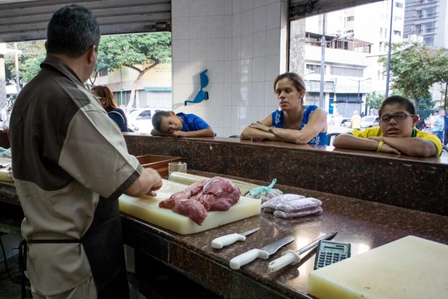 "FOTO DI REPERTORIO A man prepares meat for the sale in Caracas, Venezuela, 11 February 2016. Venezuelan Parliament has declared the ""National food crisis"" and called the UN agencies FAO and Uniced to assess the risk of scarcity in the Venezuelan population. EFE/MIGUEL GUTIERREZ"