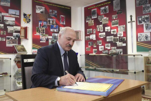 """Non bastano """"vodka, sauna e lavoro"""", il presidente bielorusso Lukashenko positivo al Coronavirus"""