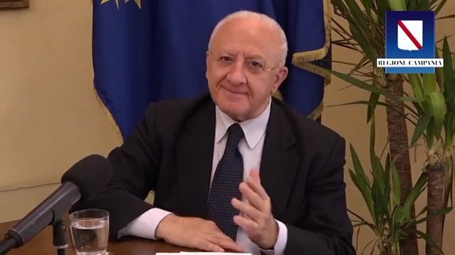 """Il blob di De Luca: dalle scuse ai sovranisti all'invito a evitare slanci di passione, così la """"sua"""" Campania è a contagio zero"""