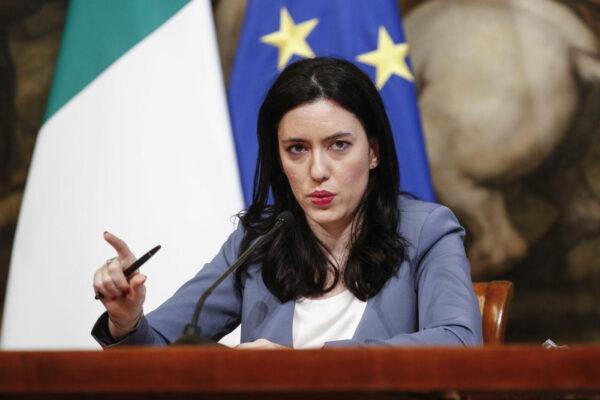 Il ministro Azzolina firma l'ordinanza: il 14 settembre si torna in classe