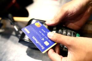 Bonus per chi paga con bancomat o carta di credito: dal primo dicembre fino a 300 euro all'anno