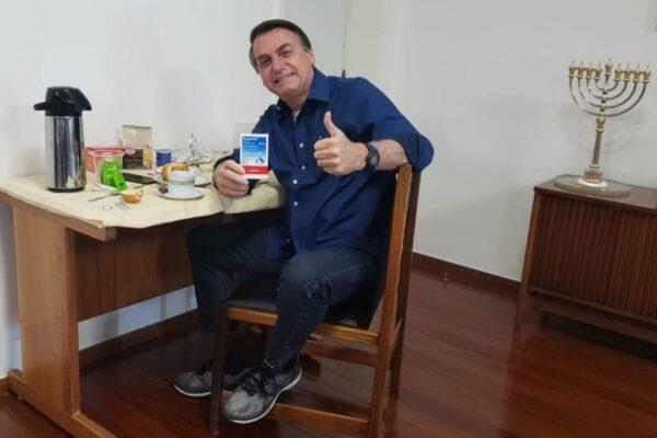 Coronavirus, il presidente brasiliano Bolsonaro negativo al test: in foto con l'idrossiclorochina