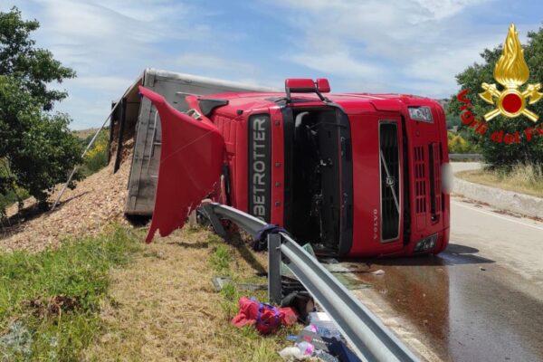 Tragedia sfiorata sulla provinciale: autoarticolato si ribalta in curva