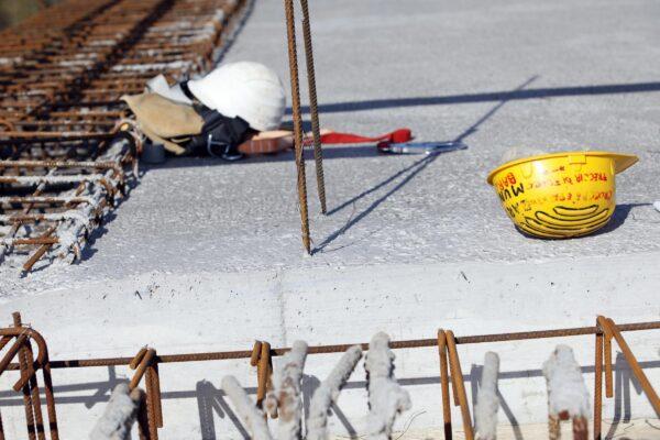 Dramma sul lavoro, volo da 30 metri: morti due operai