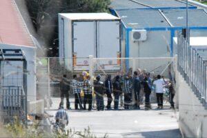 Fuga di massa dal centro migranti di Caltanissetta, un centinaio scappano dal Cara ricercati dai carabinieri