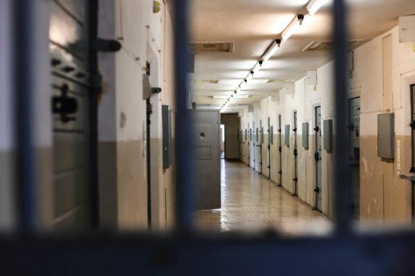 Covid e carceri, il caso della cella 55 a Poggioreale: 14 detenuti in una stanza