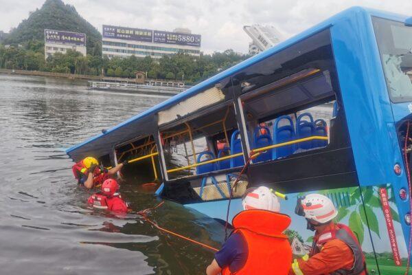 [VIDEO] Cina, autobus precipita nel lago artificiale: morti 21 studenti