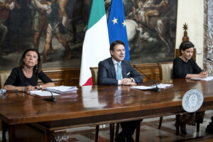 Foto Roberto Monaldo / LaPresse 07-07-2020 Roma Politica Palazzo Chigi – Conferenza stampa del Presidente del Consiglio Giuseppe Conte sul decreto Semplificazioni Nella foto Paola De Micheli, Giuseppe Conte, Paola Pisano  Photo Roberto Monaldo / LaPresse  07-07-2020 Rome (Italy)  Chigi palace – Press conference of Prime Minister Giuseppe Conte on the Simplification decree In the pic Paola De Micheli, Giuseppe Conte, Paola Pisano