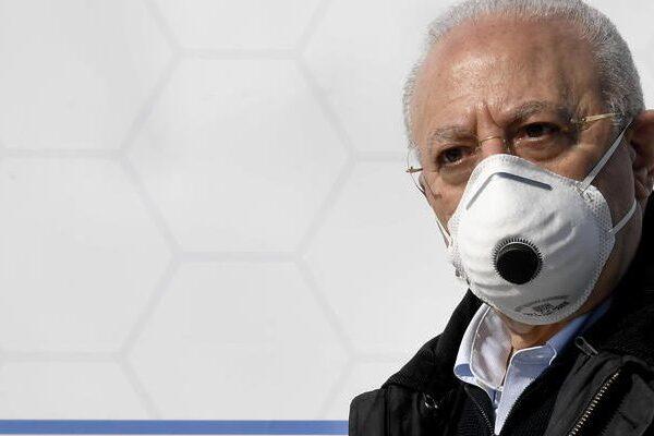 """De Luca annuncia 4 milioni di vaccini ma lancia l'allarme: """"In arrivo ondata pesantissima di contagi"""""""