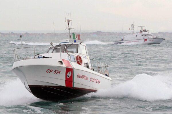 Blitz della Guardia Costiera tra gli stabilimenti abusivi di Napoli, multe per 50 barche