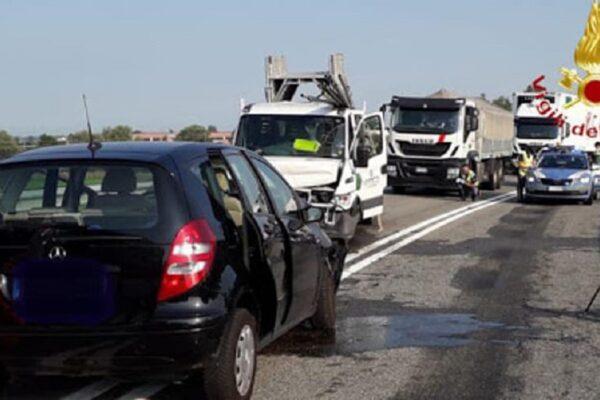 Incidente frontale sulla rampa dell'A26, impatto tra auto e furgone: muore una donna