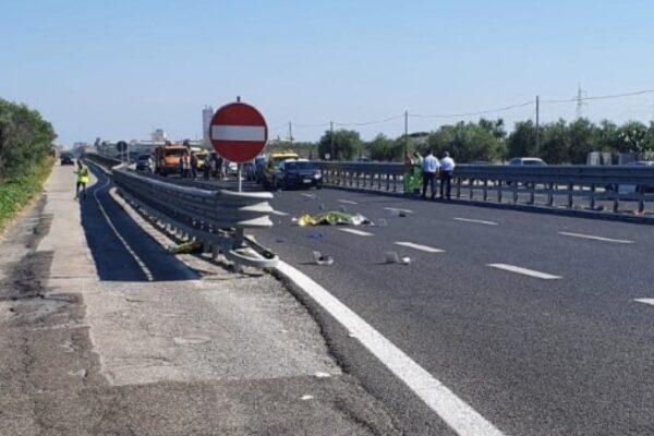 Travolti da furgone mentre erano su una bici elettrica: morti tre giovanissimi