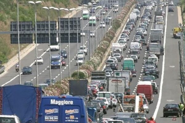 Incidente sul Grande raccordo anulare, un ferito grave nell'impatto tra camion e due auto