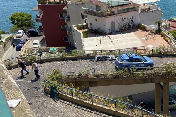 Napoli, auto precipita nel vuoto in via Petrarca: miracolato 30enne