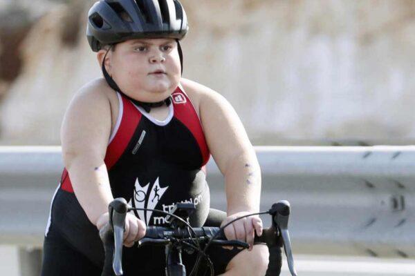 Storia di Jake Vella, il bambino che combatte una malattia rara con lo sport
