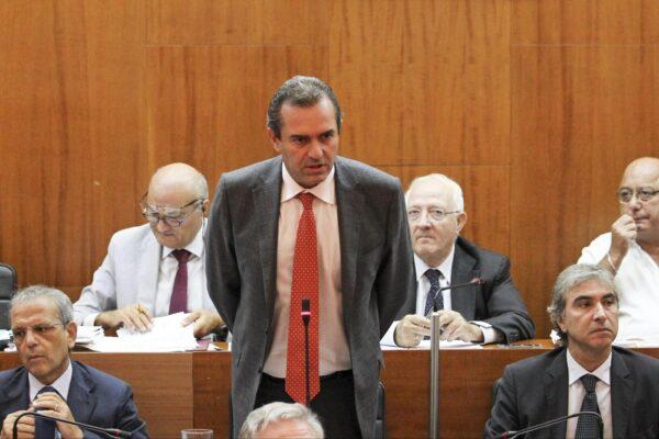 De Magistris sindaco dei partiti: fa comodo a tutti non farlo cadere