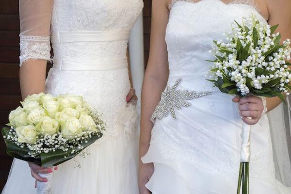 """Parroco indossa fascia tricolore e sposa due donne: """"Ok per non ledere diritti di nessuno"""""""