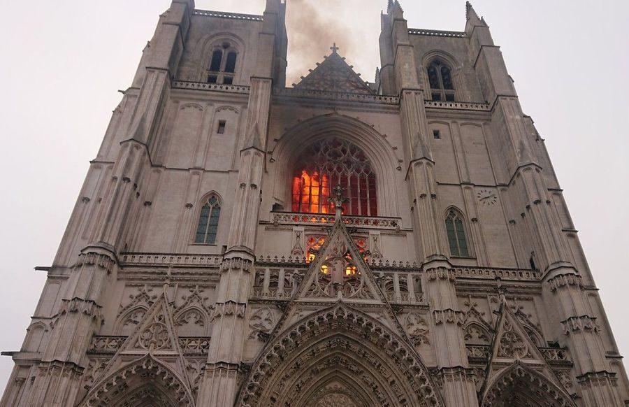"""Cattedrale di Nantes in fiamme, si indaga per incendio colposo: """"Trovati tre inneschi"""""""