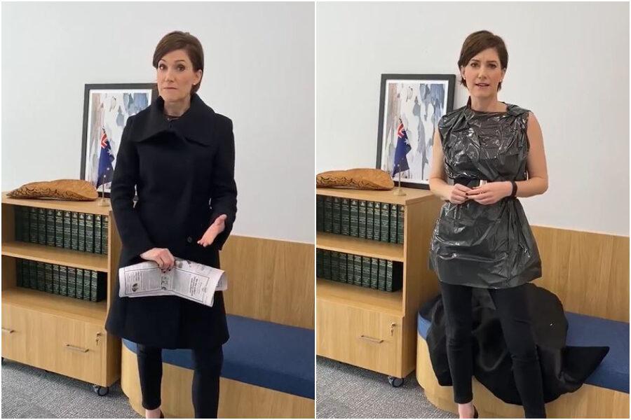 La parlamentare australiana risponde alle critiche sessiste al suo 'look' indossando un vestito-spazzatura