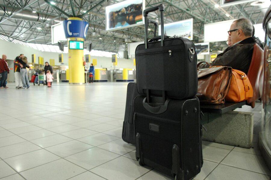 Via libera al trolley in cabina aereo, mascherina solo al chiuso: le nuove regole del governo fino al 31 luglio