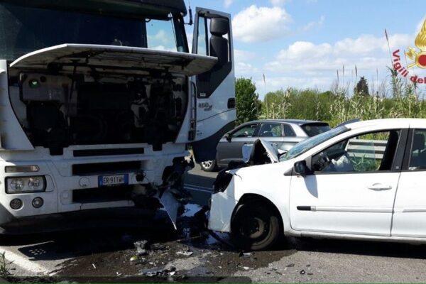 Automobile si schianta contro camion: 64enne muore sul colpo