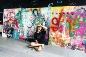 Dall'abbandono al successo: la storia di Sevy Marie, l'artista con la sindrome di down diventata famosa per i suoi quadri