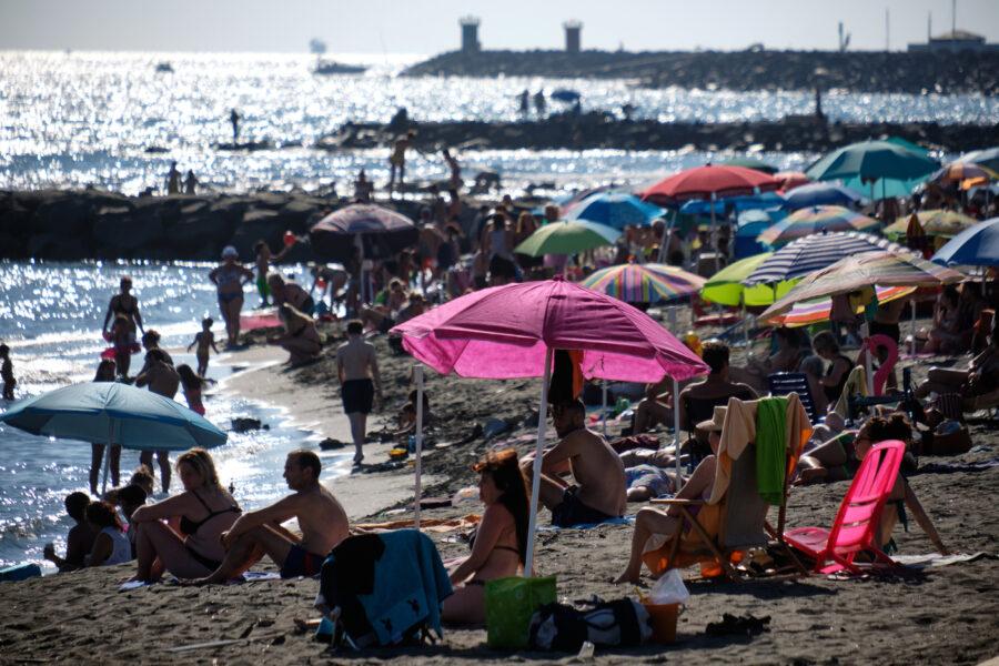 """Vergogna in spiaggia, mamma aggredita da due turiste: """"Tuo figlio malato lascialo a casa, il covid non esiste"""""""