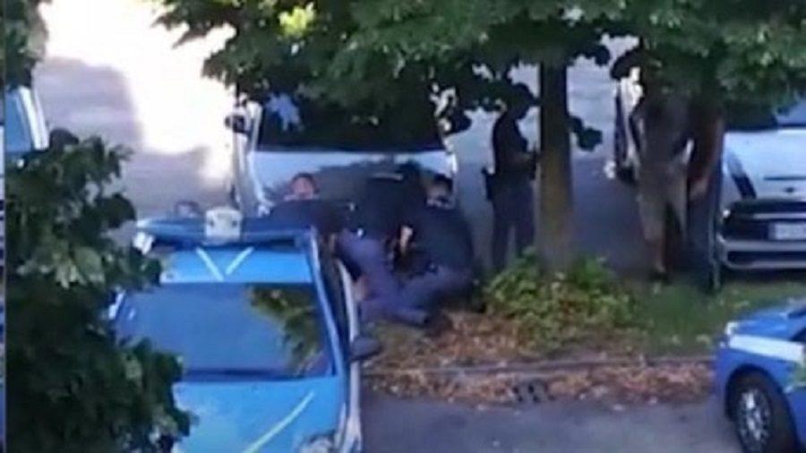 """Arrestato e bloccato a terra da tre poliziotti per cinque minuti, il testimone: """"Così lo ammazzate"""""""