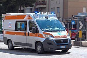 Rubano ambulanza per accelerare i soccorsi alla parente, ma sul posto ne arrivano due: mezzo abbandonato in strada