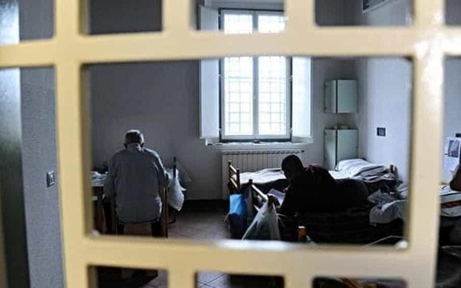 A Poggioreale il detenuto più vecchio d'Italia: il dramma di Giovanni, in cella a 85 anni