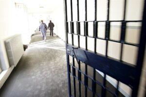 """Il Coronavirus dilaga in cella, due morti a Secondigliano. I penalisti: """"Stop alle carcerazioni"""""""