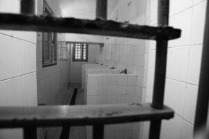 Torture in carcere, detenuti pestati anche da svenuti: visite mediche negate e nessun colloquio per nascondere le prove