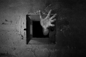 """L'estate nelle carceri campane, dove i """"detenuti sono morti viventi"""""""