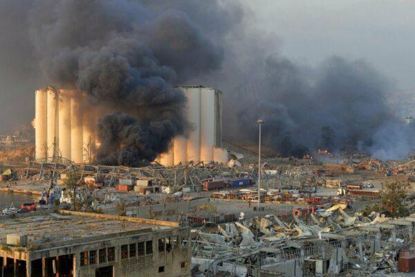 """Esplosioni Beirut, oltre 100 morti e 4.000 feriti: """"Sostanze tossiche nell'aria, andate via"""""""