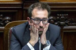 """Carceri, la denuncia al ministro Bonafede: """"Minimizza l'allarme tra i detenuti"""""""