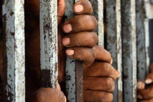 Il destino comune di detenuti e migranti: vittime della violenza dello Stato
