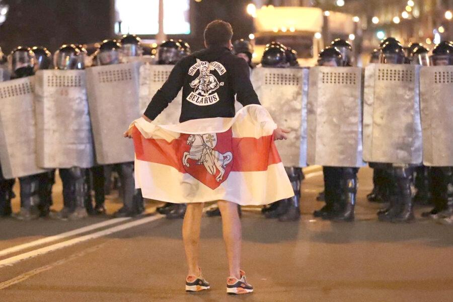 """Minsk, violenze in piazza dopo le elezioni farsa: a Oriente e Occidente conviene salvare """"l'ultimo dittatore d'Europa"""""""