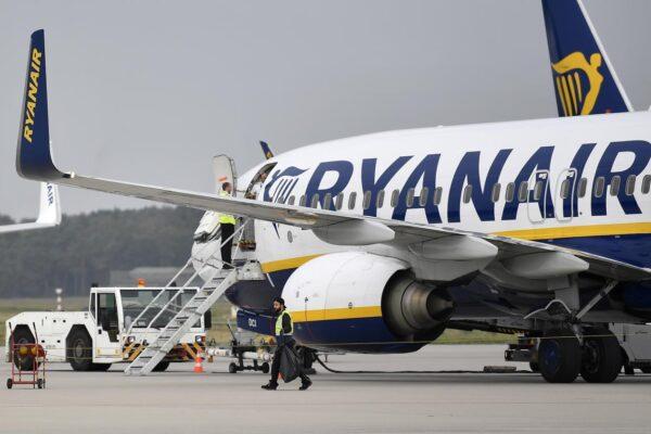 """L'Enac attacca Ryanair: """"Numerose violazioni norme sanitarie anti Covid. Prenderemo provvedimenti"""""""